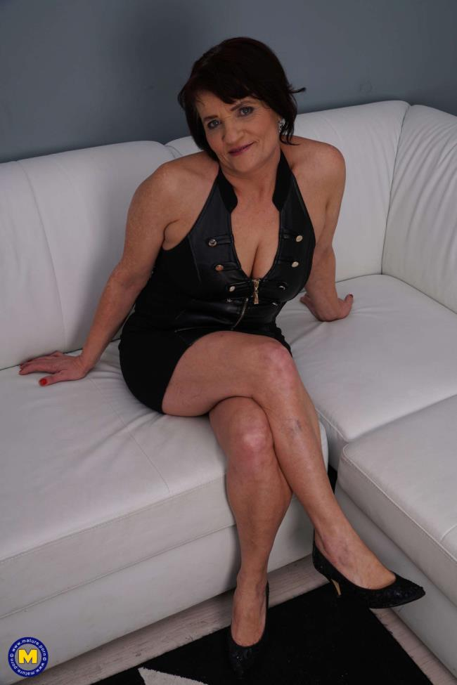 Fresh mature lady doing her toyboy