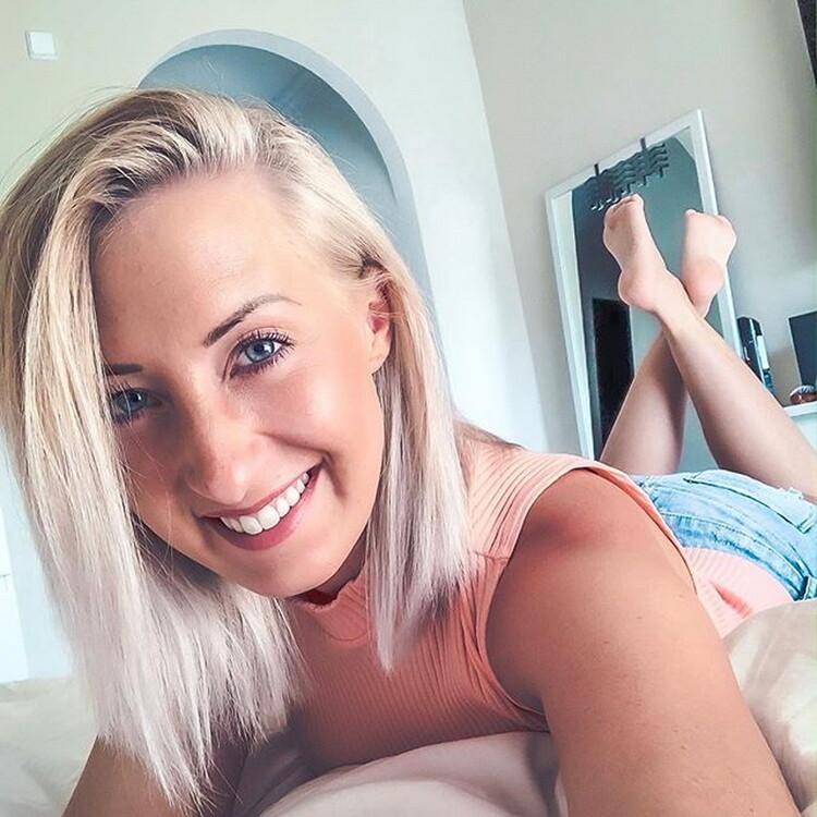 Leonie-Pur: Leonie-pur - Privates Handyvideo OMG das habe ich nicht gemacht Im Taxi zum Orgasmus gefingert (2020) 2160p WebRip