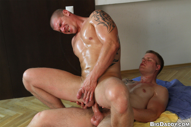 RubHim: Paul Fresh, Max Born - Muscle guy gets fucked raw (1280 x 720p 702.79 Mb)